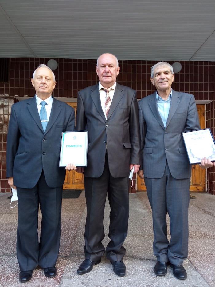 Фото трьох чоловіків з нагородами